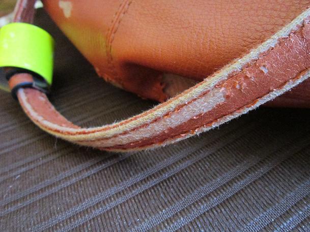 oprýskaná koženka na kabelce