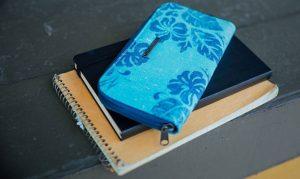 peněženka Dakine Lumen na stole